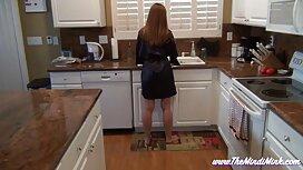 شابة عارية أثناء تنظيف المطبخ. اسماء مواقع سكس مترجم