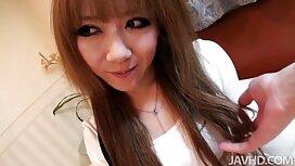 فتاة في تي شيرت في قميص أبيض مواقع السكس المترجمه ، سحب فرجها
