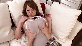 امرأة شابة جميلة تقلع مواقع سكس اخوات مترجم ملابسها الداخلية أمام الكاميرا.