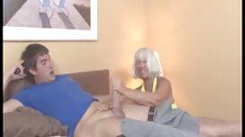 الفتاة لديها بشرة داكنة ، تمارس الجنس موقع يكس مترجم مع مهبل مزيف على الأريكة.
