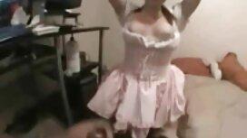 فتاة موقع سكس اجنبى تشيكية في منامة وردية للمراهق بجانب الموقد.