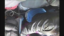 فتاة شقراء سكس مترجم مواقع في فستان أحمر حمالة الصدر يطرح على كرسي بجانب المسبح